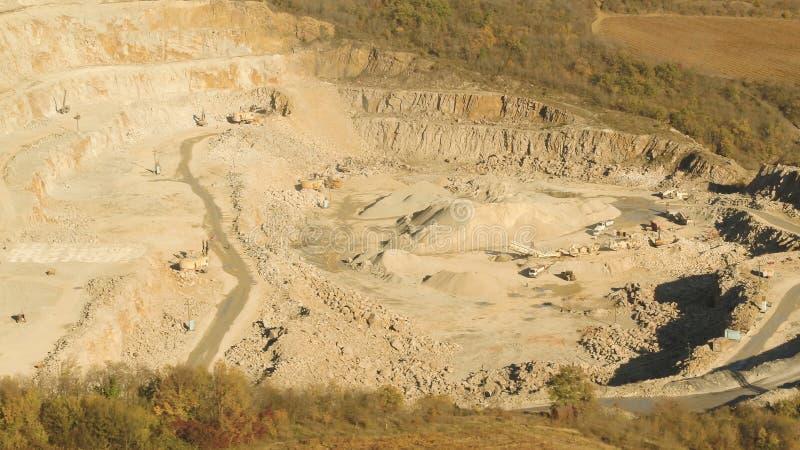 Τοπ άποψη του λειτουργώντας λατομείου πλάνο Κοίλωμα άμμου με τις κυλιόμενες σκάλες και buldozeri στην ανοικτή δασώδη περιοχή κοίλ στοκ φωτογραφίες με δικαίωμα ελεύθερης χρήσης