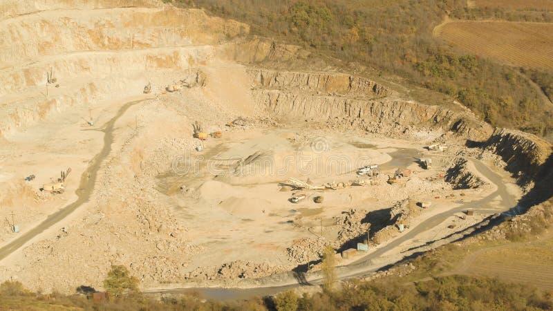 Τοπ άποψη του λειτουργώντας λατομείου πλάνο Κοίλωμα άμμου με τις κυλιόμενες σκάλες και buldozeri στην ανοικτή δασώδη περιοχή κοίλ στοκ φωτογραφία με δικαίωμα ελεύθερης χρήσης