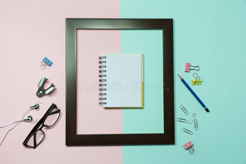 Τοπ άποψη του μολυβιού με άλλες σχολικές προμήθειες και του σημειωματάριου σε ομο στοκ φωτογραφία