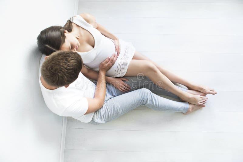 Τοπ άποψη του νεαρού άνδρα και της όμορφης εγκύου γυναίκας στοκ φωτογραφία με δικαίωμα ελεύθερης χρήσης