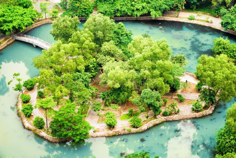 Τοπ άποψη του νησιού στη μέση της λίμνης στον τροπικό κήπο, Βιετνάμ στοκ φωτογραφία με δικαίωμα ελεύθερης χρήσης