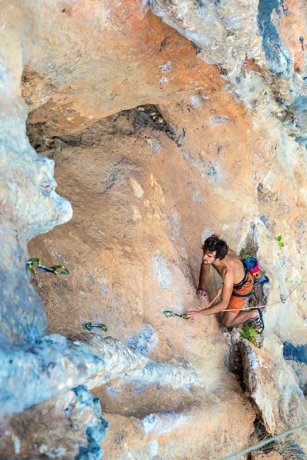 Τοπ άποψη του ορειβάτη βράχου στον πορτοκαλή κάθετο τοίχο στοκ φωτογραφίες