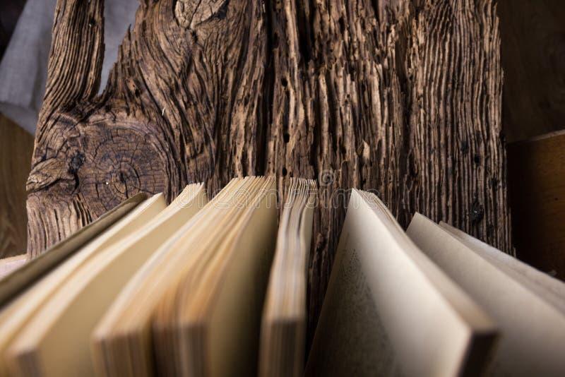 Τοπ άποψη του παλαιού σωρού βιβλίων πέρα από παλαιός φυσικός ξύλινος shabby grunge στοκ εικόνες με δικαίωμα ελεύθερης χρήσης