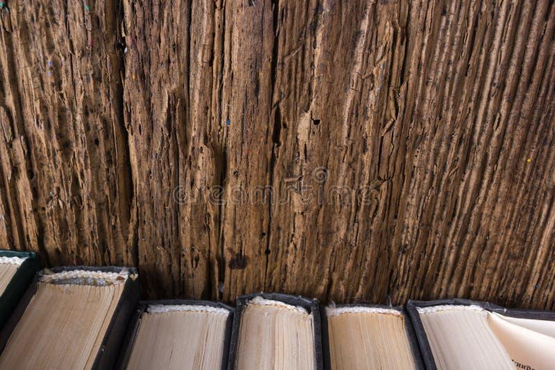 Τοπ άποψη του παλαιού σωρού βιβλίων πέρα από παλαιός φυσικός ξύλινος shabby grunge στοκ φωτογραφίες με δικαίωμα ελεύθερης χρήσης