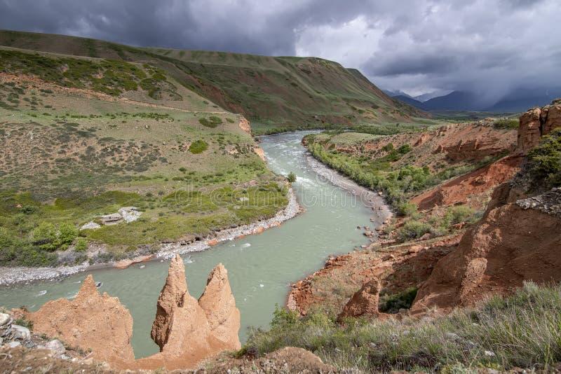 Τοπ άποψη του ποταμού Naryn που διατρέχει ενός φαραγγιού βουνών στοκ φωτογραφία