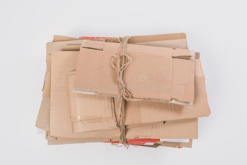 τοπ άποψη του σωρού των διπλωμένων κουτιών από χαρτόνι που απομονώνεται στην γκρίζα, ανακύκλωσης έννοια στοκ φωτογραφία με δικαίωμα ελεύθερης χρήσης