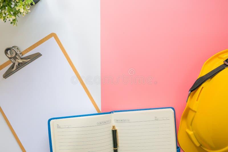 Τοπ άποψη του σύγχρονου πίνακα γραφείων γραφείων διαστήματος εργασίας στοκ εικόνες