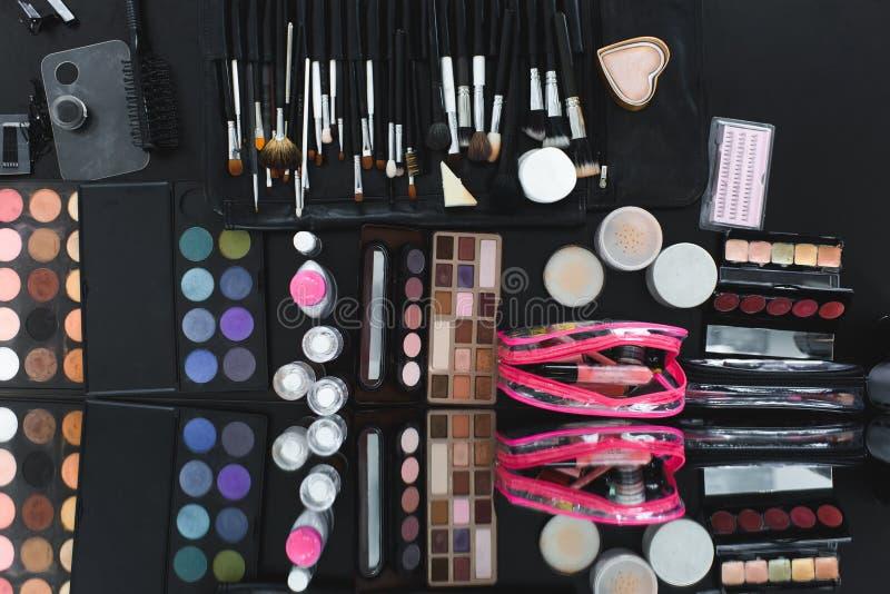 τοπ άποψη του τακτοποιημένου διάφορου εξοπλισμού makeup στοκ φωτογραφία με δικαίωμα ελεύθερης χρήσης