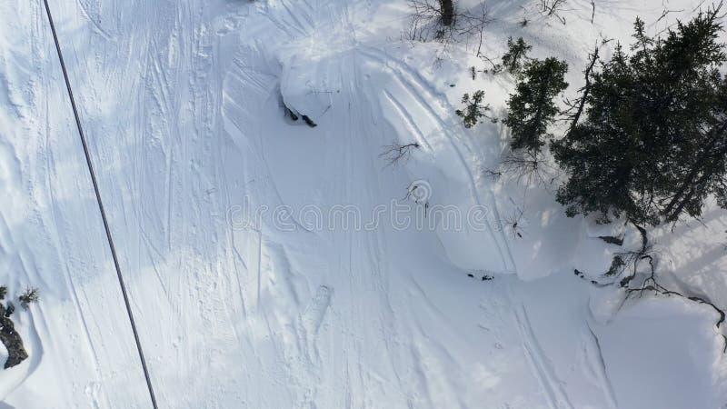 Τοπ άποψη του τελεφερίκ με τις καμπίνες το χειμώνα footage Χειμερινές δραστηριότητες στο χιονοδρομικό κέντρο Τελεφερίκ με το ίχνο στοκ εικόνες