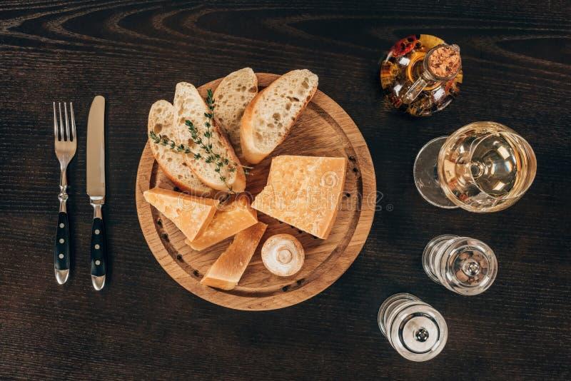 τοπ άποψη του τυριού παρμεζάνας με τις φέτες και το μανιτάρι baguette στοκ εικόνες