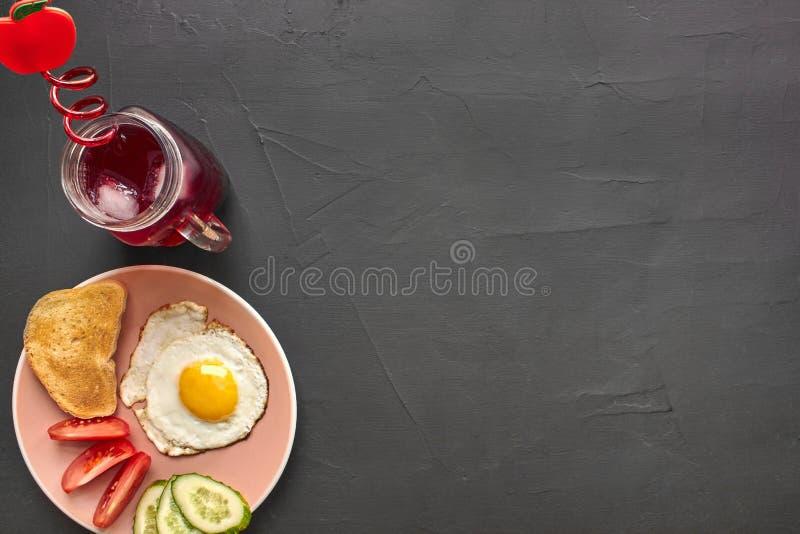 Τοπ άποψη του υγιούς και εύγευστου προγεύματος σε ένα μαύρο υπόβαθρο με το copyspace στοκ εικόνες