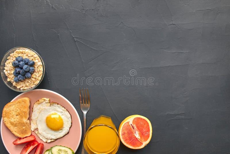 Τοπ άποψη του υγιούς και εύγευστου προγεύματος σε ένα μαύρο υπόβαθρο με το copyspace στοκ φωτογραφία με δικαίωμα ελεύθερης χρήσης
