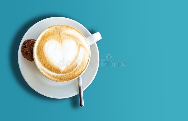 Τοπ άποψη του φλυτζανιού του cappuccino στο μπλε υπόβαθρο στοκ φωτογραφία με δικαίωμα ελεύθερης χρήσης