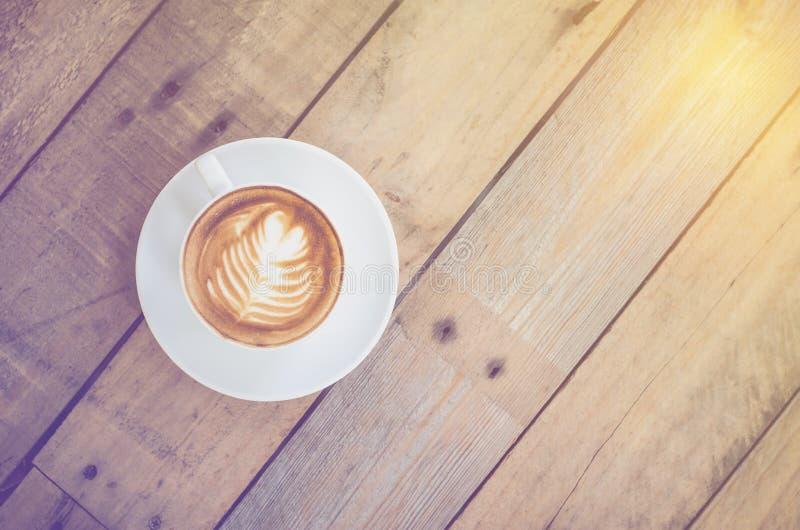 Τοπ άποψη του φλυτζανιού καφέ με το εκλεκτής ποιότητας φίλτρο στοκ εικόνα με δικαίωμα ελεύθερης χρήσης