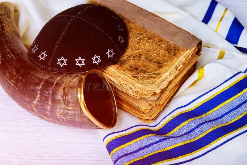 Τοπ άποψη του shofar κέρατου στην άσπρη προσευχή talit Σάλι Torah προσευχής και ένα kippah ένα yamolka και ένα εβραϊκό θρησκευτικ στοκ εικόνα