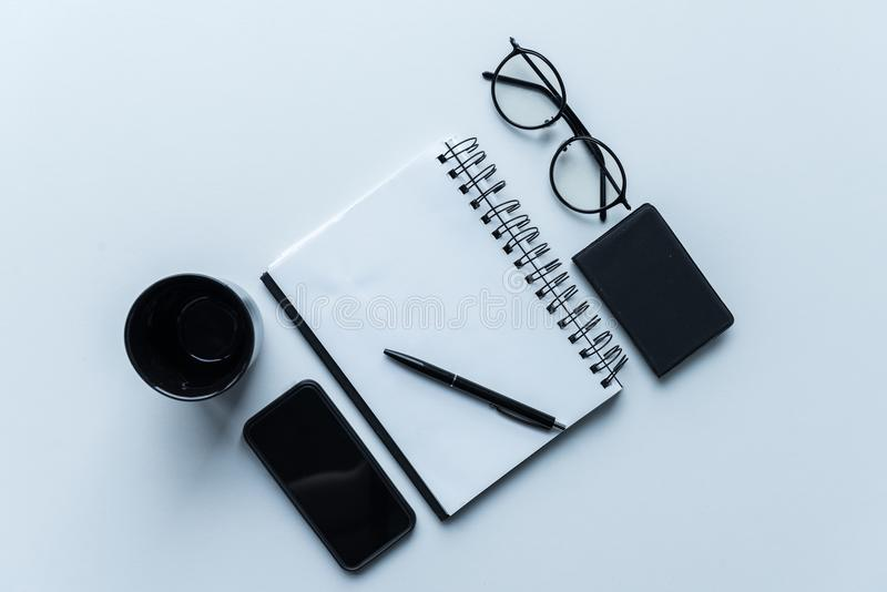 τοπ άποψη του smartphone και του φλυτζανιού με το ανοικτό σημειωματάριο στοκ εικόνα