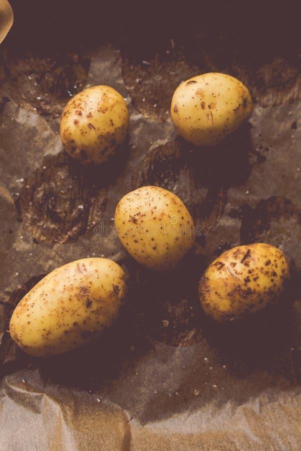 Τοπ άποψη των ακατέργαστων πατατών έτοιμων να ψηθούν στοκ εικόνες