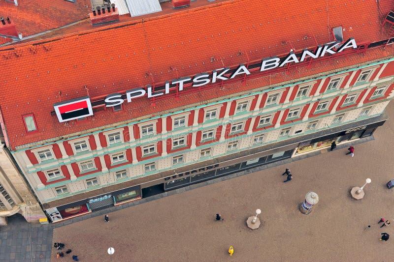 Τοπ άποψη των απροσδιόριστων ανθρώπων που πηγαίνουν από το γραφείο τραπεζών στοκ εικόνα