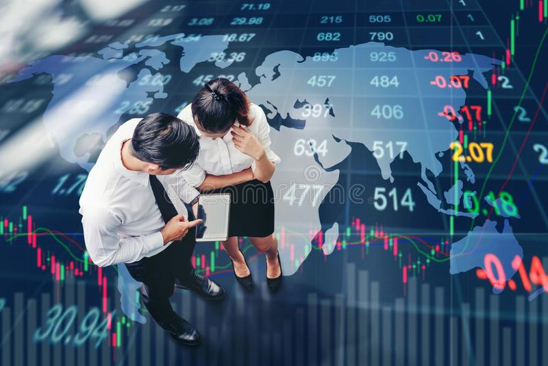 Τοπ άποψη των ασιατικών επιχειρηματιών που συναντιούνται και που εργάζονται σε ψηφιακό στοκ εικόνα