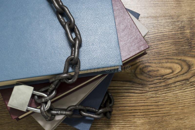 Τοπ άποψη των βιβλίων που κλειδώνονται με το λουκέτο και τις αλυσίδες στοκ εικόνες