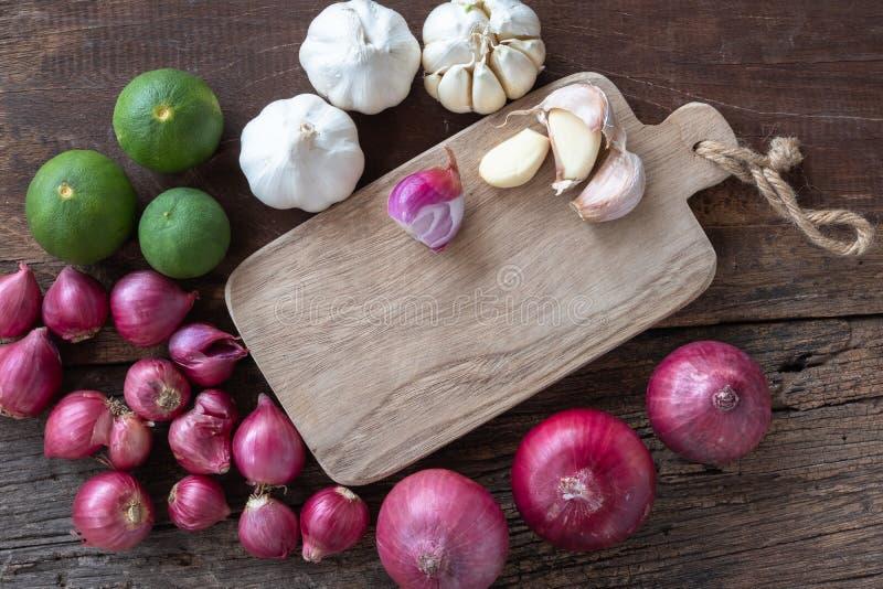 Τοπ άποψη των βοτανικών φυτικών συστατικών, του σκόρδου, του κόκκινου κρεμμυδιού, του ασβέστη, του φύλλου ασβέστη και του τεμαχίζ στοκ εικόνες