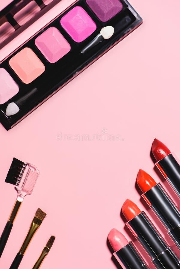 τοπ άποψη των διάφορων προμηθειών makeup στοκ εικόνα με δικαίωμα ελεύθερης χρήσης