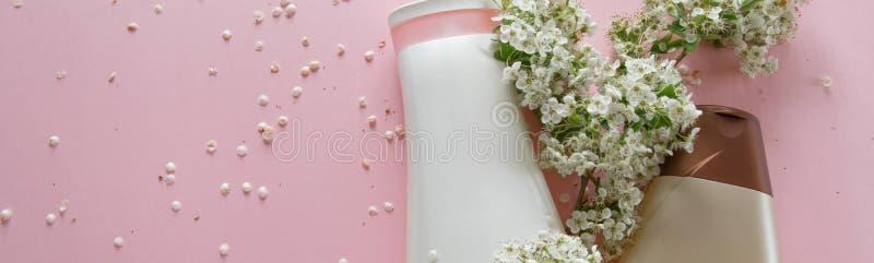 Τοπ άποψη των διαφορετικών υγιεινών προϊόντων και των λουλουδιών στο  στοκ εικόνες