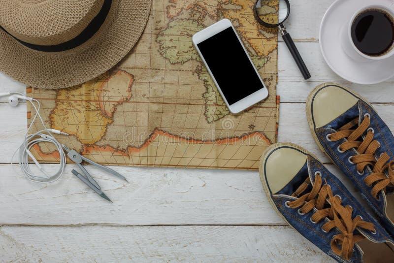 Τοπ άποψη των εξαρτημάτων για να ταξιδεψει με το υπόβαθρο έννοιας ιματισμού μόδας στοκ φωτογραφίες