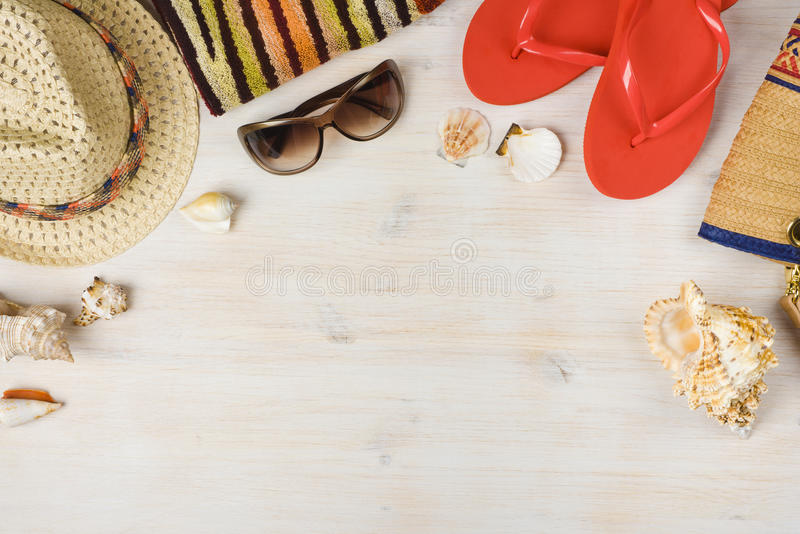 Τοπ άποψη των εξαρτημάτων θερινών παραλιών στο ξύλινο υπόβαθρο στοκ εικόνα με δικαίωμα ελεύθερης χρήσης