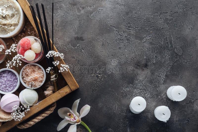 τοπ άποψη των εξαρτημάτων SPA και λουτρών στην ξύλινη ορχιδέα κιβωτίων και των κεριών στο γκρι στοκ εικόνες με δικαίωμα ελεύθερης χρήσης