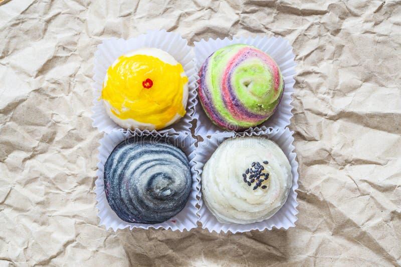 Τοπ άποψη των ζωηρόχρωμων κινεζικών ζυμών ή των κέικ φεγγαριών στοκ φωτογραφίες