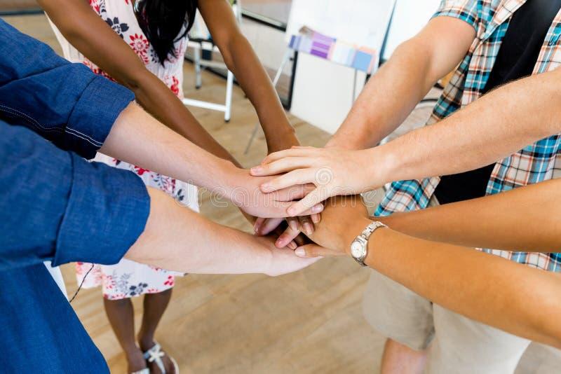 Τοπ άποψη των νέων που βάζουν τα χέρια από κοινού στοκ φωτογραφία με δικαίωμα ελεύθερης χρήσης