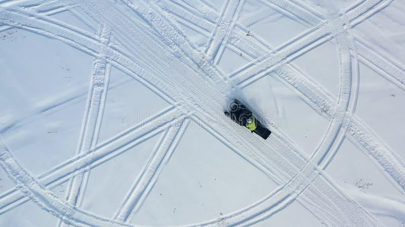Τοπ άποψη των οχημάτων για το χιόνι οδήγησης footage Τοπ άποψη δύο οχημάτων για το χιόνι που οδηγούν στον κύκλο που αφήνει τα ίχν στοκ φωτογραφίες με δικαίωμα ελεύθερης χρήσης