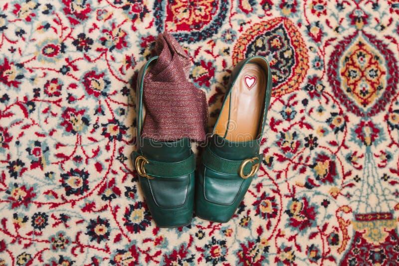 Τοπ άποψη των παπουτσιών στον τάπητα στοκ εικόνες