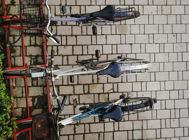Τοπ άποψη των ποδηλάτων που σταθμεύουν στην πόλη στοκ φωτογραφία