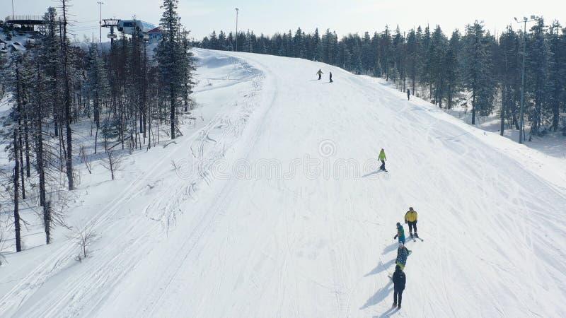 Τοπ άποψη των σκιέρ και των snowboarders που οδηγούν στο βουνό footage Χιονοδρομικό κέντρο με το ενεργό υπόλοιπο στα σκι και το σ στοκ φωτογραφίες
