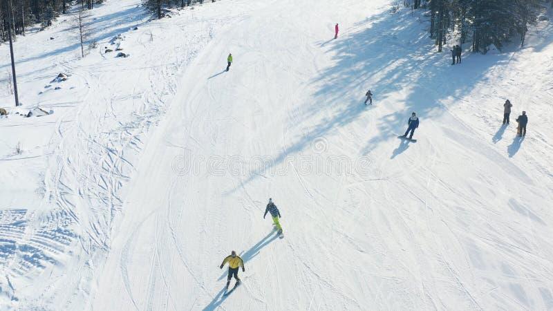 Τοπ άποψη των σκιέρ και των snowboarders που οδηγούν στο βουνό footage Χιονοδρομικό κέντρο με το ενεργό υπόλοιπο στα σκι και το σ στοκ εικόνα με δικαίωμα ελεύθερης χρήσης