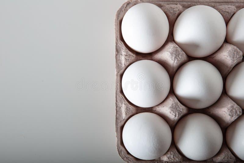 Τοπ άποψη των φρέσκων αυγών στο δίσκο εγγράφου στοκ φωτογραφία