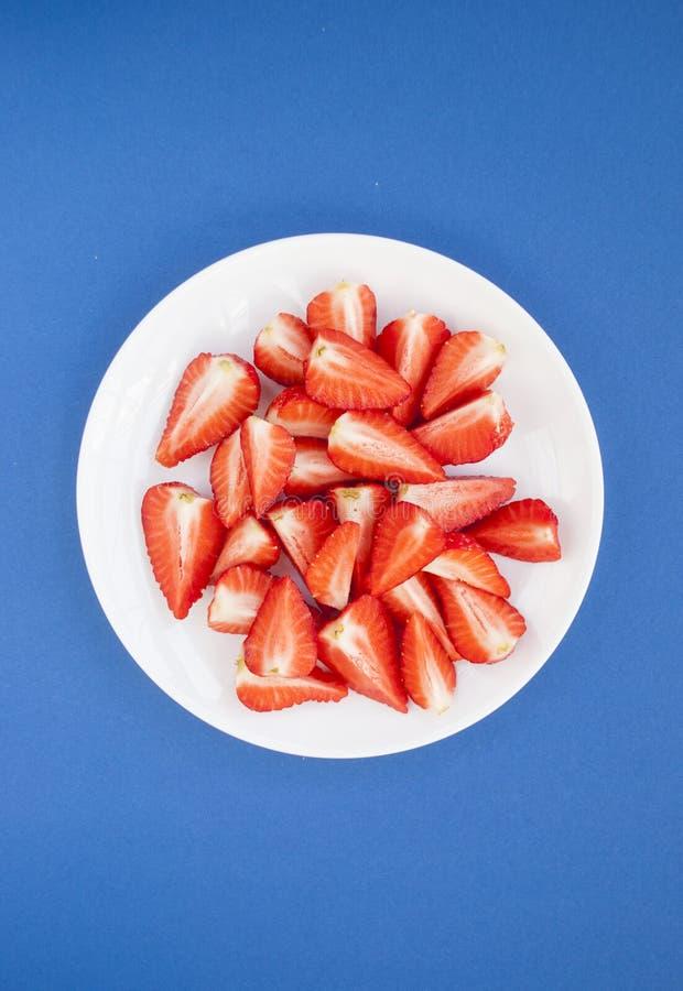 Τοπ άποψη των φρέσκων φραουλών στο άσπρο πιάτο στοκ φωτογραφία με δικαίωμα ελεύθερης χρήσης