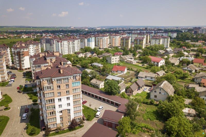 Τοπ άποψη των ψηλών κτιρίων διαμερισμάτων ή γραφείων, σταθμευμένα αυτοκίνητα, αστικό τοπίο πόλεων Αεροφωτογραφία κηφήνων στοκ εικόνα