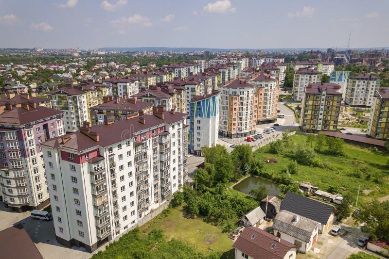 Τοπ άποψη των ψηλών κτιρίων διαμερισμάτων ή γραφείων, σταθμευμένα αυτοκίνητα, αστικό τοπίο πόλεων Αεροφωτογραφία κηφήνων στοκ φωτογραφίες με δικαίωμα ελεύθερης χρήσης