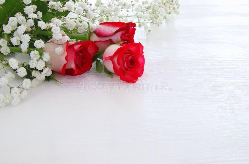 Τοπ άποψη των όμορφων και λεπτών τριαντάφυλλων στο ξύλινο υπόβαθρο στοκ εικόνες