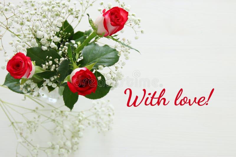 Τοπ άποψη των όμορφων και λεπτών τριαντάφυλλων στο ξύλινο υπόβαθρο στοκ φωτογραφία με δικαίωμα ελεύθερης χρήσης