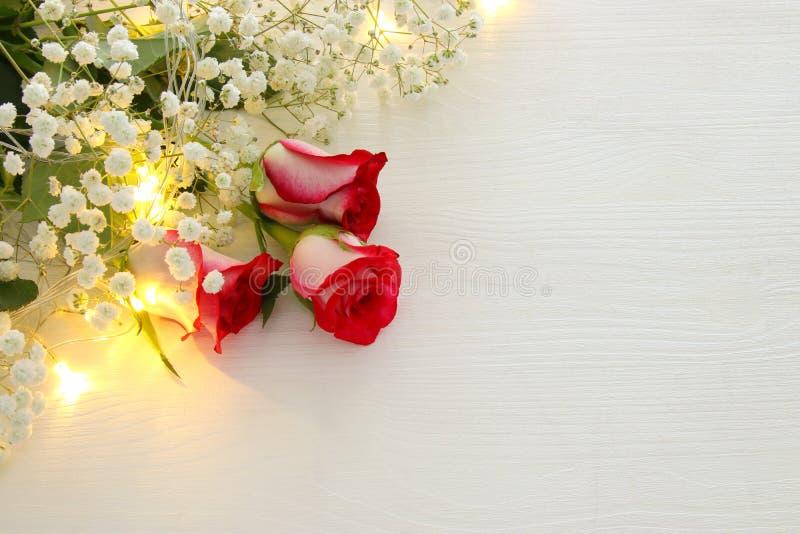Τοπ άποψη των όμορφων και λεπτών τριαντάφυλλων στο ξύλινο υπόβαθρο στοκ εικόνα