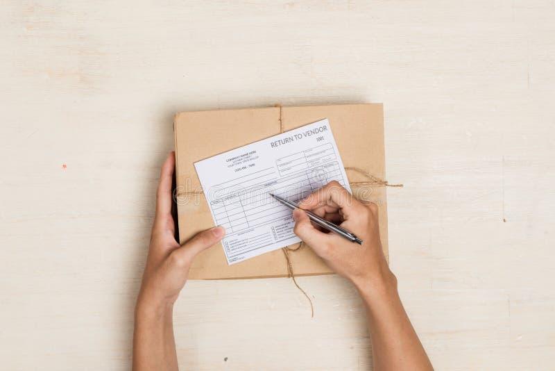 Τοπ άποψη των deliveryman κάνοντας σημειώσεων μέσα στοκ φωτογραφία