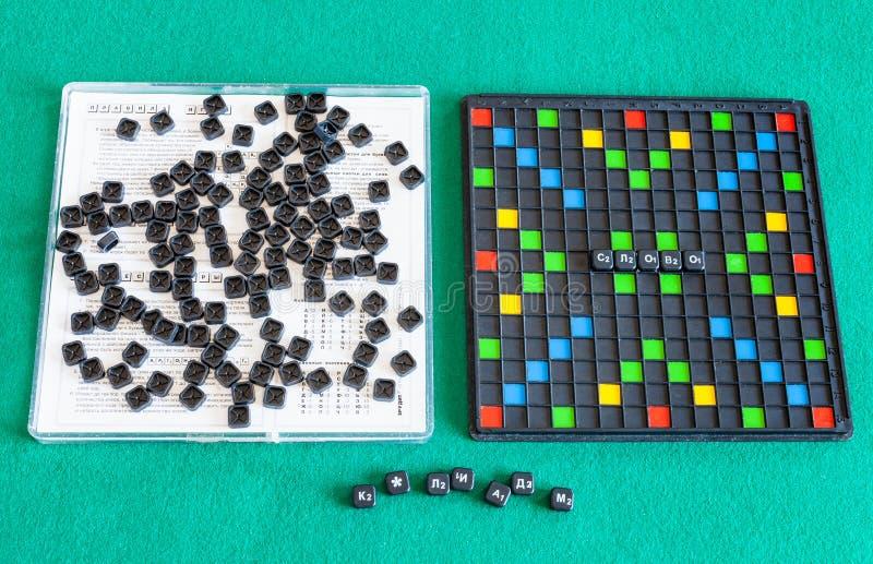 Τοπ άποψη των Erudite στοιχείων παιχνιδιών λέξης στον πράσινο πίνακα στοκ φωτογραφίες με δικαίωμα ελεύθερης χρήσης