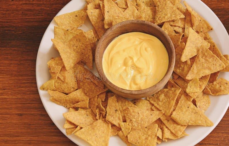 Τοπ άποψη των nachos με την εμβύθιση τυριών στοκ εικόνες