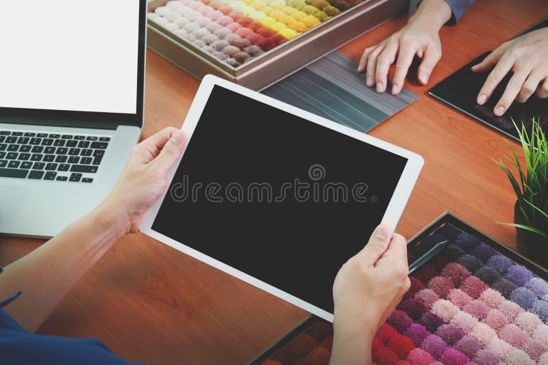 Τοπ άποψη δύο εσωτερικών σχεδιαστών συναδέλφων που συζητούν τα στοιχεία στοκ φωτογραφίες