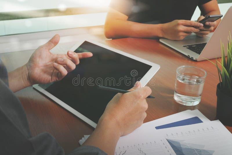 Τοπ άποψη δύο συναδέλφων που συζητούν τα στοιχεία με την κενή οθόνη στοκ φωτογραφία με δικαίωμα ελεύθερης χρήσης