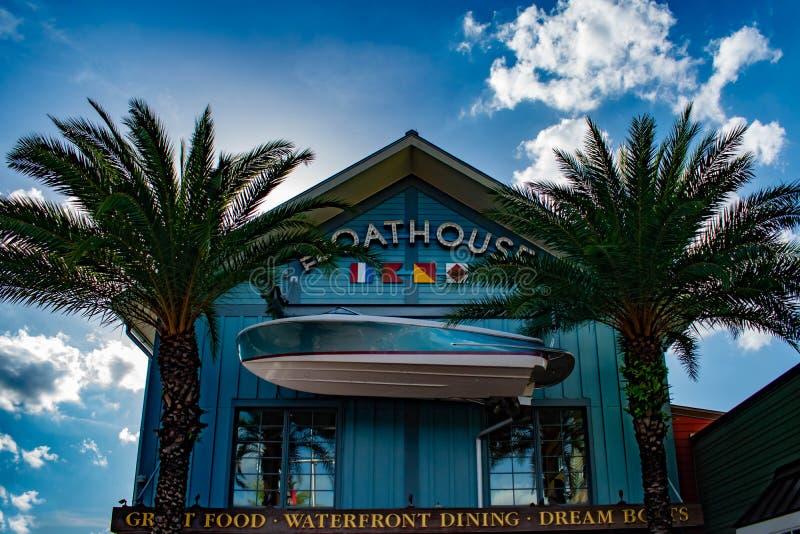 Τοπ άποψη Boathouse και των φοινίκων τις ανοίξεις της Disney στη λίμνη Buena Vista στοκ φωτογραφίες